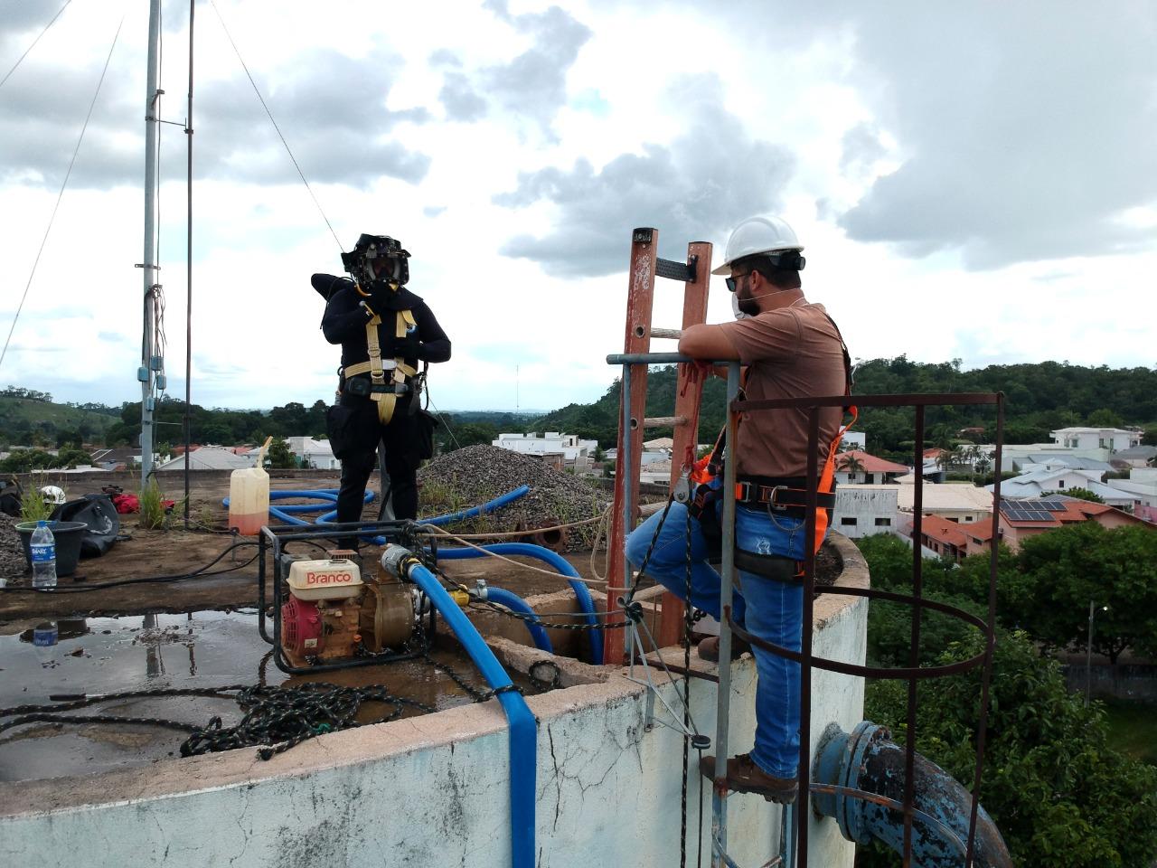 Mergulhadores realizam manutenção preventiva em reservatórios de água de Ariquemes